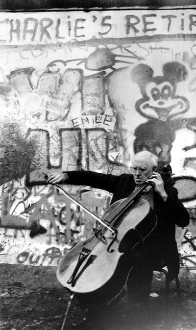 """Le violoncelliste et chef Mstislav Rostropovich a lutté pour la liberté en URSS: il quitta le Conservatoire de Moscou pour protester contre le renvoi de Dmitri Chostakovitch, puis plus tard abrita dans sa maison Alexandre Soljenitsyne. Il fut finalement contraint à l'exil. 15 ans plus tard, les images de """"Slava"""" jouant les suites pour violoncelle de Bach au pied du Mur de Berlin lorsque celui-ci tomba firent le tour du monde à la télévision."""